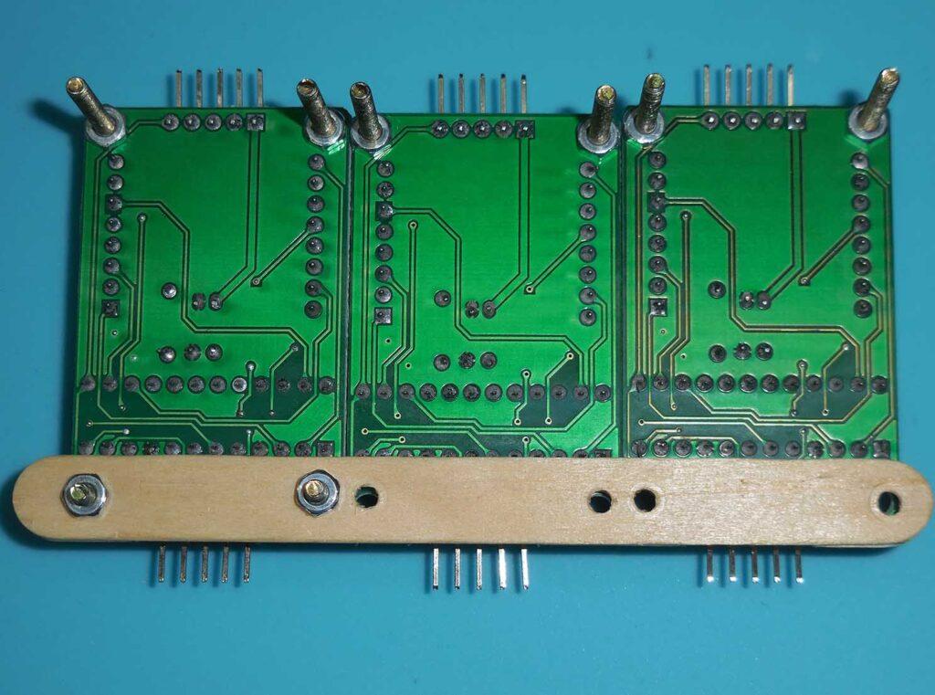 Figura 9: Fixação da travessa de sustentação inferior ao fundo dos módulos