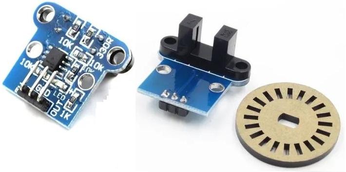 Fotografia de um disco de codificador rotativo de vinte pulsos por revolução e um módulo eletrônico de codificador rotativo de outro modelo de aplicação em construções maker ou robótica educacional e/ou recreativa