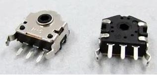 Fotografia de dois codificadores rotativos incrementais de mesmo modelo, vista superior e viats inferior, usado na construção de mouses de computadores, para detectar movimentação da roda de rolagem (scroll)