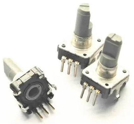 Fotografia de três codificadores rotativos incrementais sem chave de pressão acoplada para uso em controles de instrumentos e aparelhos ao invés de potenciômetros
