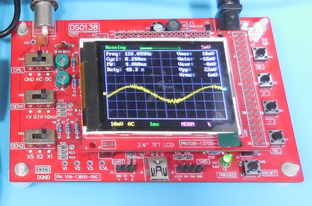 Fotografia da tela do osciloscópico com o sinal do sensor de luz