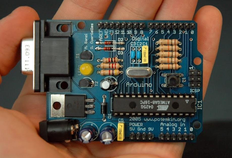 Primeiro modelo de Arduino (Arduino Serial) do ano de 2005