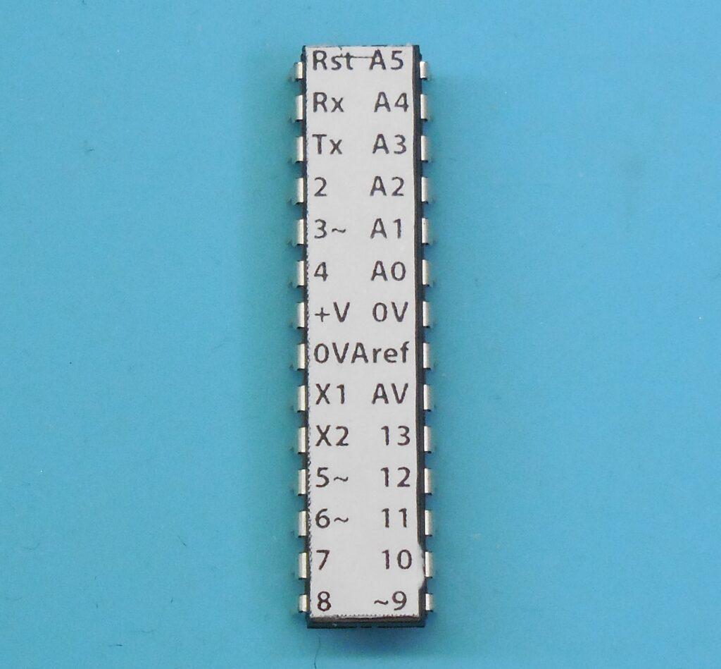 CI ATmega328P com etiqueta de identificação de funções dos pinos