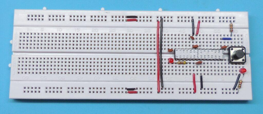 Capacitores do conjunto oscilador a cristal - ATENÇÃO  as ligações de +5V e GND colaterias ao resistor de reset estão erradas nesta imagem. Deveriam estar nos pinos 7 e 8 e não 8 e 9.