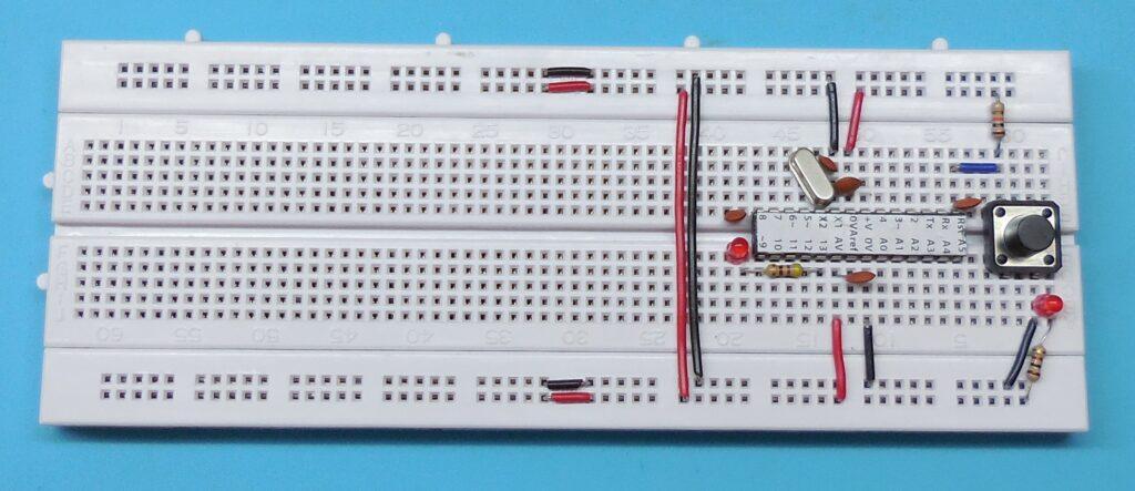 Cristal do oscilador - ATENÇÃO  as ligações de +5V e GND próximas ao cristal oscilador estão erradas nesta imagem. Deveriam estar nos pinos 7 e 8 e não 8 e 9.