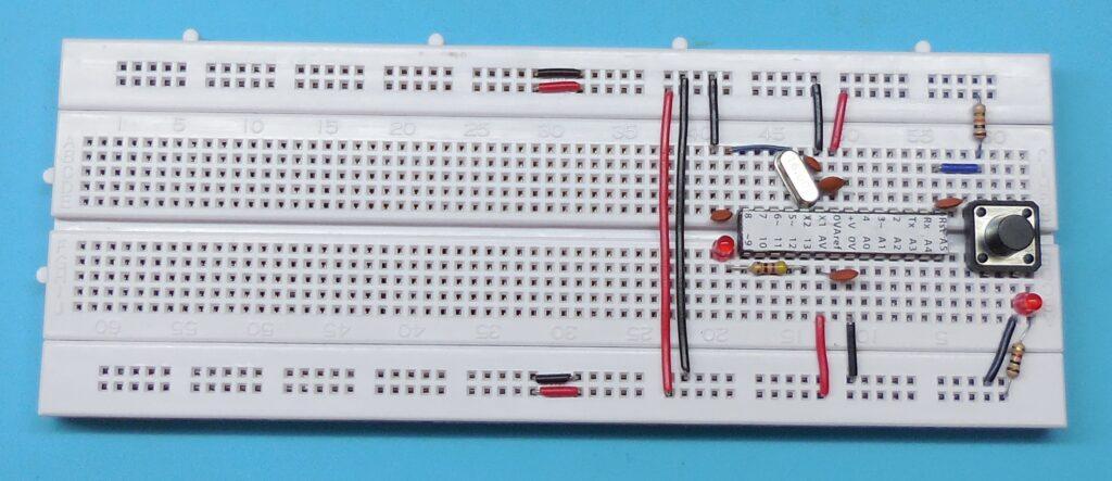 Ligação dos componentes do oscilador a cristal - ATENÇÃO  as ligações de +5V e GND próximas ao cristal oscilador estão erradas nesta imagem. Deveriam estar nos pinos 7 e 8 e não 8 e 9.